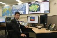 日本IBMの本社内に設置された「アジア・太平洋気象予報センター」で業務にあたる網野順センター長=東京都中央区日本橋箱崎町で2018年4月6日、池田知広撮影