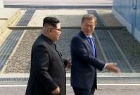 歓迎式典に向かう北朝鮮の金正恩朝鮮労働党委員長(左)と韓国の文在寅大統領=AP