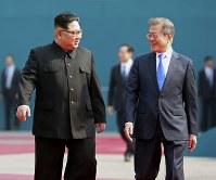板門店の韓国側施設「平和の家」に向かう北朝鮮の金正恩朝鮮労働党委員長(左)と韓国の文在寅大統領=AP