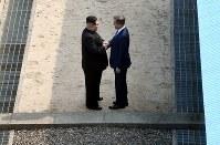 握手する北朝鮮の金正恩朝鮮労働党委員長(左)と、韓国の文在寅大統領=ロイター