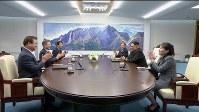 板門店の韓国側施設「平和の家」で始まった北朝鮮の金正恩朝鮮労働党委員長(右)と韓国の文在寅大統領による南北首脳会談=ロイター