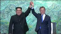 「板門店宣言」に署名した北朝鮮の金正恩朝鮮労働党委員長(左)と韓国の文在寅大統領=ロイター