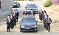 厳重に警護された北朝鮮の金正恩朝鮮労働党委員長が乗る車=板門店で2018年4月27日、韓国共同写真記者団