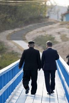 散策する北朝鮮の金正恩朝鮮労働党委員長(左)と韓国の文在寅大統領=板門店で2018年4月27日、韓国共同写真記者団