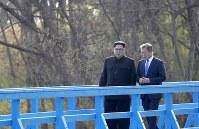 散策する韓国の文在寅大統領(右)と北朝鮮の金正恩朝鮮労働党委員長=板門店で2018年4月27日、韓国共同写真記者団