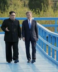 散策中、言葉を交わす韓国の文在寅大統領(右)と北朝鮮の金正恩朝鮮労働党委員長=板門店で2018年4月27日、韓国共同写真記者団