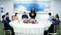 晩さん会に臨む韓国の文在寅大統領(中央)、北朝鮮の金正恩朝鮮労働党委員長夫妻(同左)ら=板門店で2018年4月27日、韓国共同写真記者団