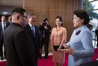北朝鮮の金正恩朝鮮労働党委員長(左手前)と言葉を交わす文在寅・韓国大統領(同奥)の夫人、金正淑氏(右)。右から2人目は金委員長の夫人、李雪主氏=韓国・板門店で2018年4月27日、韓国共同写真記者団