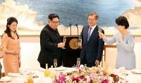 晩さん会に臨む北朝鮮の金正恩朝鮮労働党委員長夫妻(左)と韓国の文在寅大統領夫妻=板門店で2018年4月27日、韓国共同写真記者団