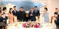 晩さん会に臨む北朝鮮の金正恩朝鮮労働党委員長夫妻(中央左)、韓国の文在寅大統領夫妻(同右)ら=板門店で2018年4月27日、韓国共同写真記者団