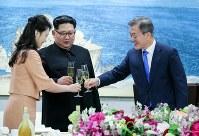 晩さん会で乾杯する韓国の文在寅大統領(右)と北朝鮮の金正恩朝鮮労働党委員長夫妻=板門店で2018年4月27日、韓国共同写真記者団