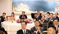 晩さん会に臨む韓国の文在寅大統領夫妻(中央右)、北朝鮮の金正恩朝鮮労働党委員長夫妻(同左)ら=板門店で2018年4月27日、韓国共同写真記者団