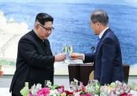 晩さん会で乾杯する北朝鮮の金正恩朝鮮労働党委員長(左)と韓国の文在寅大統領=板門店で2018年4月27日、韓国共同写真記者団