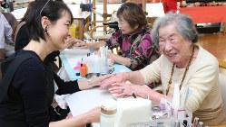 ネイルをしてもらう認知症の高齢者たち=東京都世田谷区で2018年2月14日