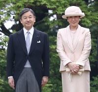 Crown Prince Naruhito and Crown Princess Masako are seen at a spring garden party at the Akasaka Imperial Garden on April 25, 2018. (Mainichi)