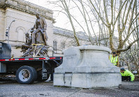 A Pittsburgh Public work crew removes the Stephen Foster statue in Schenley Plaza on April 26, 2018, in Pittsburgh. (Andrew Rush/Pittsburgh Post-Gazette via AP)