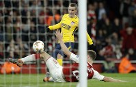Atletico's Antoine Griezmann equalizes during the Europa League semifinal first leg soccer match between Arsenal FC and Atletico Madrid at the Emirates Stadium in London, on April 26, 2018. (AP Photo/Matt Dunham)