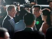 北朝鮮の金正恩朝鮮労働党委員長夫妻を見送る韓国の文在寅大統領夫妻=板門店で2018年4月27日、韓国共同写真記者団