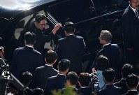 北朝鮮の金正恩朝鮮労働党委員長(左)を見送る韓国の文在寅大統領=板門店で2018年4月27日、韓国共同写真記者団
