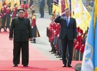 式典で並ぶ北朝鮮の金正恩朝鮮労働党委員長(左)と韓国の文在寅大統領=韓国・板門店で2018年4月27日、韓国共同写真記者団
