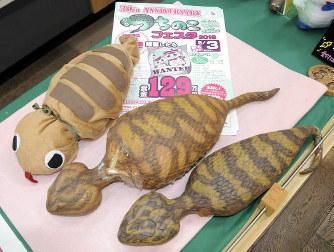 未確認生物「つちのこ」の模型=岐阜県東白川村の「つちのこ館」で