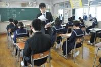 予備調査の開始を待つ生徒たち=福井県敦賀市の市立角鹿中学校で1日午前10時38分