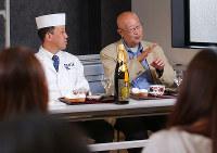 巽好幸先生(右)、大引伸昭先生の話に、「エコール 辻 大阪」の学生も興味津々で聴き入った=大阪市阿倍野区で、菅知美撮影