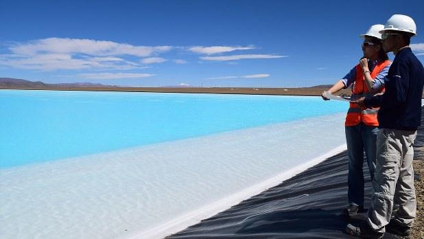 リチウムを生産する豊田通商の合弁工場の人工湖=2018年3月、清水憲司撮影
