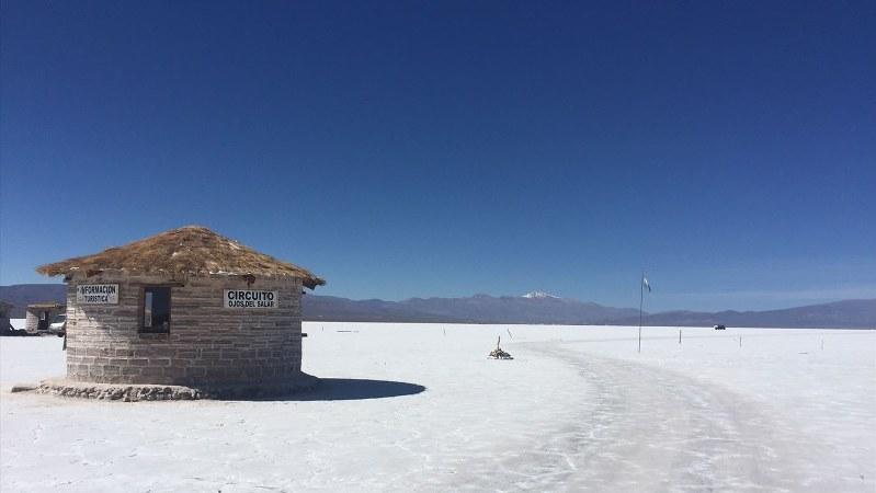アンデス山中にある巨大塩湖=アルゼンチン北部フフイで2018年3月、清水憲司撮影