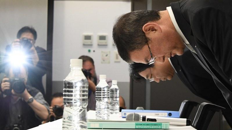 記者会見冒頭で頭を下げるスバルの吉永泰之社長=2018年4月27日、根岸基弘撮影