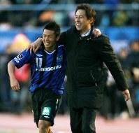 2008年の天皇杯決勝で柏を降して優勝し、決勝ゴールを決めたガ大阪・播戸(左)と笑顔で肩を組む西野氏=小出洋平撮影