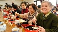 健康福祉センターの食事会に集まった地域の高齢の人たち