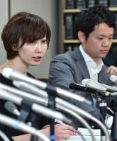 GPS捜査を巡る最高裁判決の後、記者会見する被告の弁護団=東京都千代田区で2017年3月15日、北山夏帆撮影