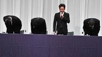 Four members of the pop group Tokio, from left, Tomoya Nagase, Taichi Kokubun, Shigeru Joshima and Masahiro Matsuoka, address the indecent act incident involving the group's fifth member Tatsuya Yamaguchi, at a press conference in Tokyo's Chiyoda Ward on May 2, 2018. (Mainichi)