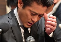 Tatsuya Yamaguchi, a member of the all-male pop group Tokio, cries as he talks to reporters about other group members, in Tokyo's Chiyoda Ward on April 26, 2018. (Mainichi)