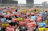 プラカードを掲げ護憲を訴える「5.3憲法集会2018」の参加者たち=東京都江東区で2018年5月3日午後2時3分、玉城達郎撮影