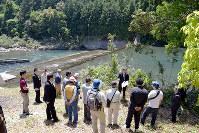 小水力発電所設置に向けた現地説明=高知県三原村吉井で、大塚和助撮影