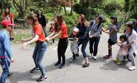 ベトナムの遊びを楽しむ参加者たち=島根県江津市後地町で、田中昭則撮影