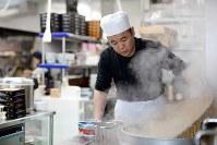 真新しい「やぶ屋」の調理場で、そばをゆでる店主の及川雄一さん=岩手県陸前高田市で、喜屋武真之介撮影