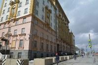 米大使館(左の建物)前は以前より閑散としている=モスクワで4月26日