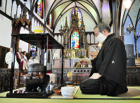 Sensosa, the head of the Omotesenke tea ceremony school makes tea at Oura Church in Nagasaki on May 5, 2009. (Mainichi)
