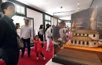 大浦天主堂に併設されているキリシタン博物館にも多くの観光客が訪れた=長崎市で2018年5月4日午後0時25分、徳野仁子撮影