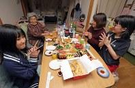 夫の祖母である大久セツエさん(左から2人目)の誕生日を祝う門馬麻野さん(同3人目)と娘たち=福島県南相馬市で、喜屋武真之介撮影