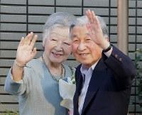 都内のテニスクラブを手を振って出られる天皇、皇后両陛下=東京都港区で2018年5月5日午後4時59分、和田大典撮影