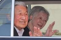 車に乗り込み、沿道の人に手を振る天皇、皇后両陛下=東京都港区で2018年5月5日午後5時2分、和田大典撮影