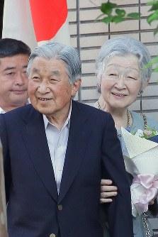 都内のテニスクラブを後にされる天皇、皇后両陛下=東京都港区で2018年5月5日午後4時58分、和田大典撮影