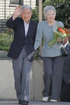 都内のテニスクラブを訪問される天皇、皇后両陛下=東京都港区で2018年5月5日午後3時20分、和田大典撮影