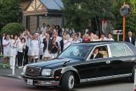 都内のテニスクラブで天皇、皇后両陛下を見送る人たち=東京都港区で2018年5月5日午後5時2分、和田大典撮影