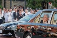 都内のテニスクラブを後にされ、沿道の人に手を振る天皇陛下=東京都港区で2018年5月5日午後5時2分、和田大典撮影