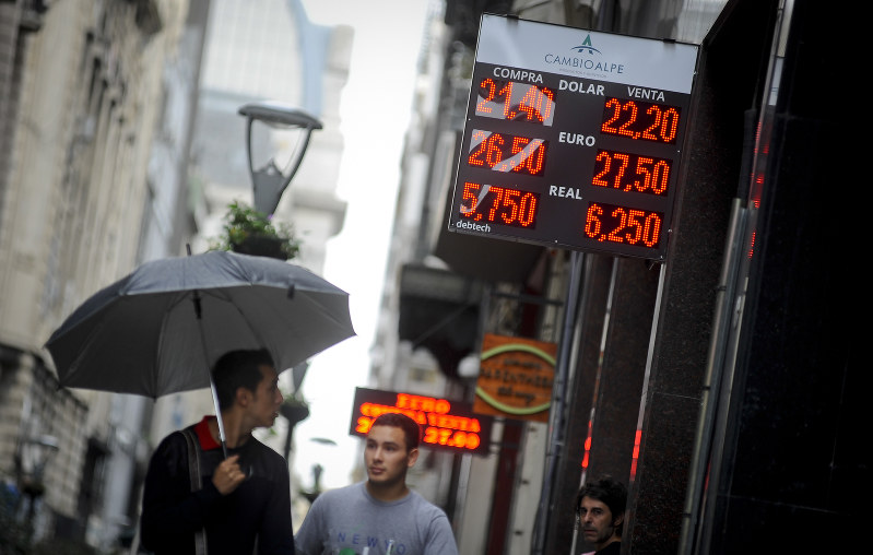 Argentine Markets Tumble as Emergency Rate Rises Jolt Investors